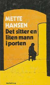 """""""Det sitter en liten mann i porten - Roman"""" av Mette Hansen"""