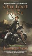 """""""One Foot in the Grave - A Night Huntress Novel"""" av Jeaniene Frost"""